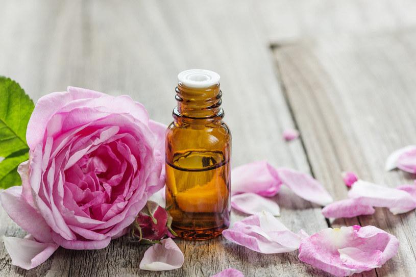 Olejek różany to jeden z najdroższych olejków. Do produkcji litra używa się niemal czterech ton płatków /123RF/PICSEL
