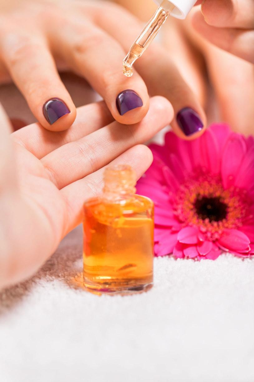 Olejek rycynowy doskonale sprawdza się przy pielęgnacji paznokci /Picsel /123RF/PICSEL