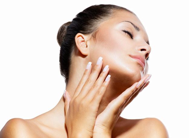Olejek rycynowy działa korzystnie na skórę. /123RF/PICSEL