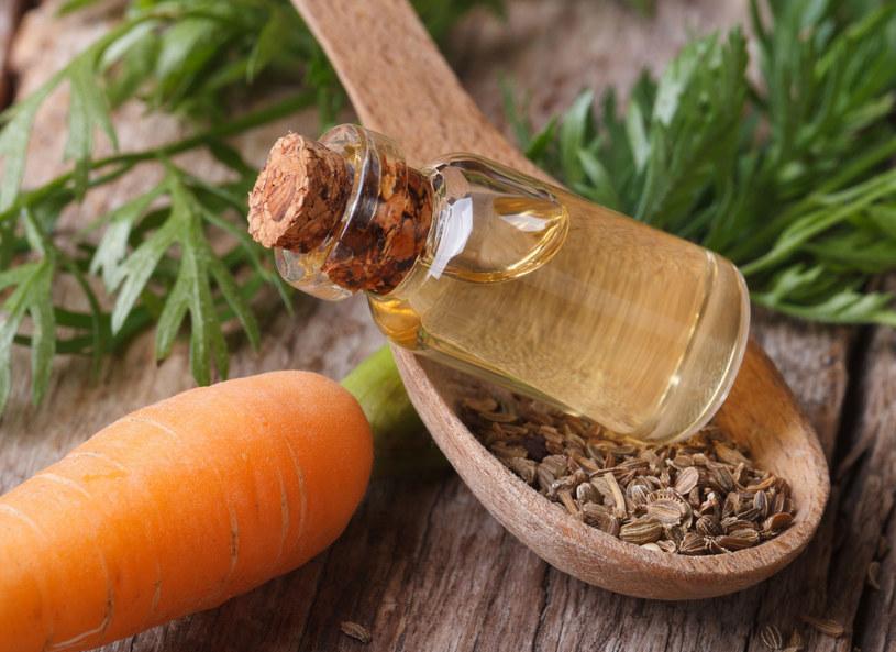 Olejek z marchwi nawilża i odżywia skórę, nadaje jej również piękny koloryt /123RF/PICSEL