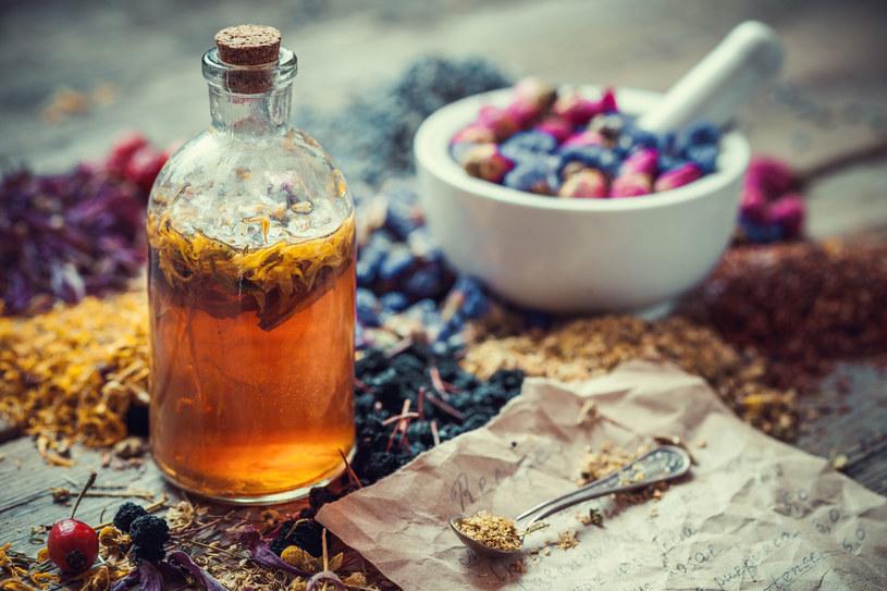 Olejek z mniszka lekarskiego można przechowywać przez rok /123RF/PICSEL