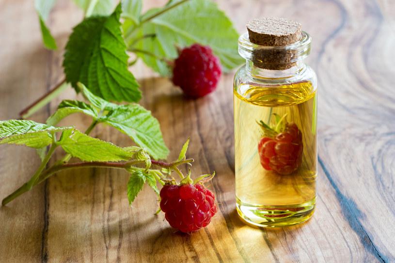 Olejek z pestek malin ma silne właściwości przeciwstarzeniowe i lekko rozjaśniające. /123RF/PICSEL
