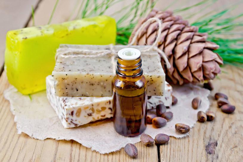 Olejem tym można smarować żylaki, wykonując przy tym delikatny masaż, najlepiej dwa razy dziennie / kostrez  /123RF/PICSEL