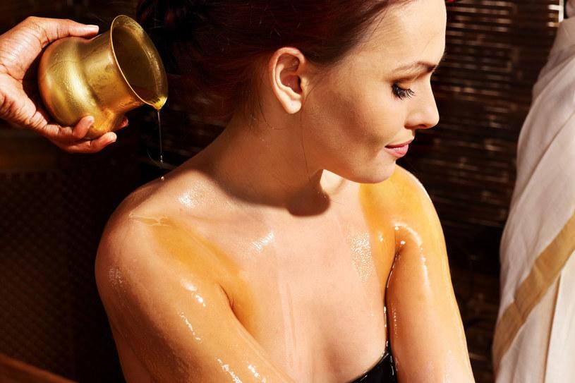 Olejki nadają się do pielęgnacji wszystkich rodzajów skóry. Można je kupić w czystej postaci lub w kosmetykach /123RF/PICSEL