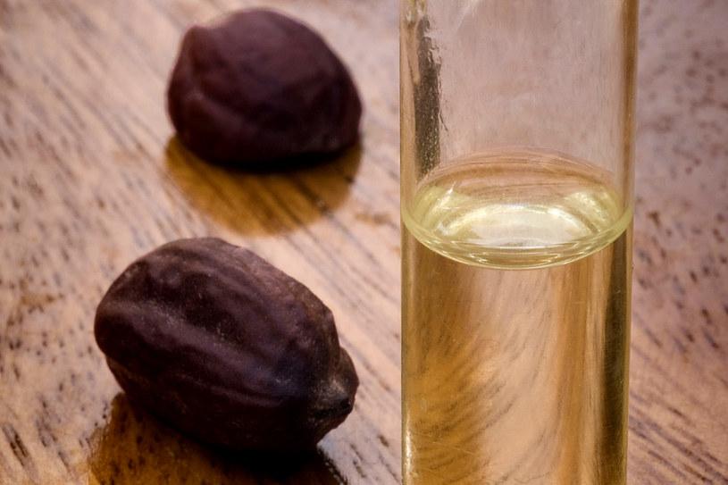 Olejki nasycone są dużą ilością aktywnych składników odżywczych. Wystarczy kilka kropli raz na jakiś czas, by skutecznie poprawić stan naszej skóry /123RF/PICSEL