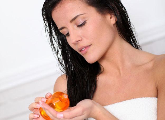 Olejowanie szybko poprawia stan włosów /123RF/PICSEL