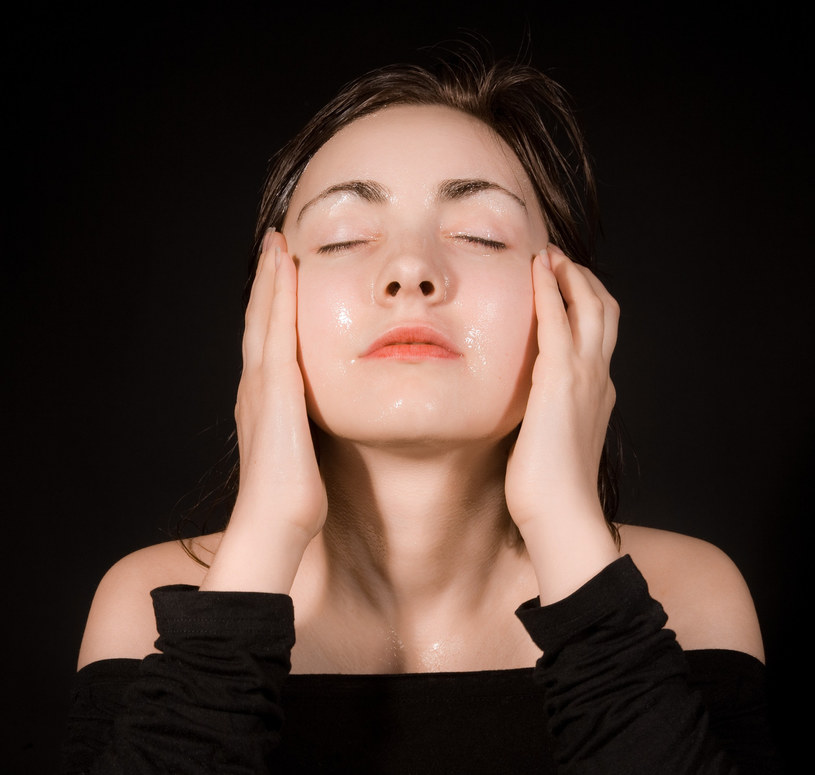 Olejowe mycie twarzy to zabieg polecany dla suchej cery /123RF/PICSEL