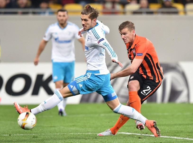 Ołeksandr Hładkij (z prawej), w barwach Szachtara, kontra Roman Neustadter (L) z Schalke. /AFP