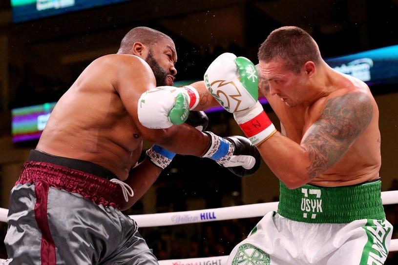 Ołeksandr Usyk w pojedynku z Chazzem Witherspoonem /AFP