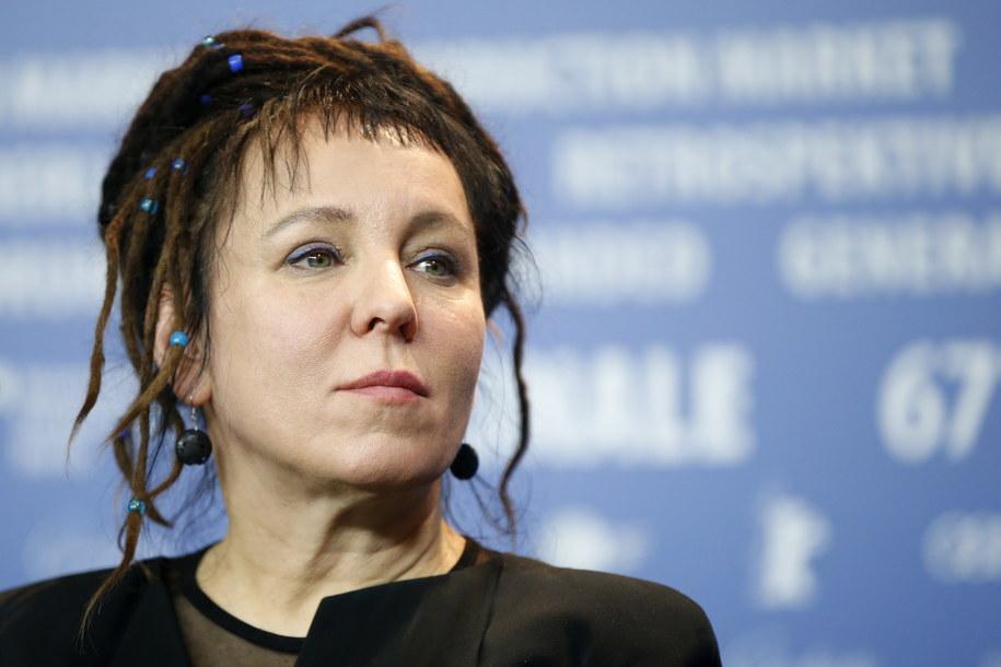 Olga Tokarczuk  potwierdziła w czwartek, że przyjedzie do Sztokholmu odebrać literacką Nagrodę Nobla. Ceremonia wręczenia nagród odbędzie się 10 grudnia w Sztokholmie /GUILLAUME HORCAJUELO  /PAP/EPA