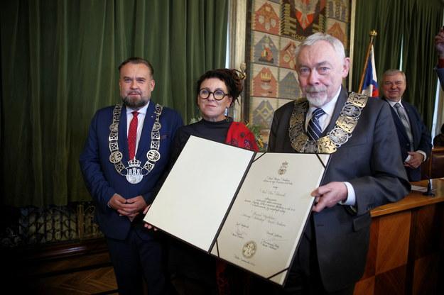 Olga Tokarczuk, przewodniczący Rady Miasta Krakowa Dominik Jaśkowiec oraz prezydent Krakowa Jacek Majchrowski /Łukasz Gągulski /PAP