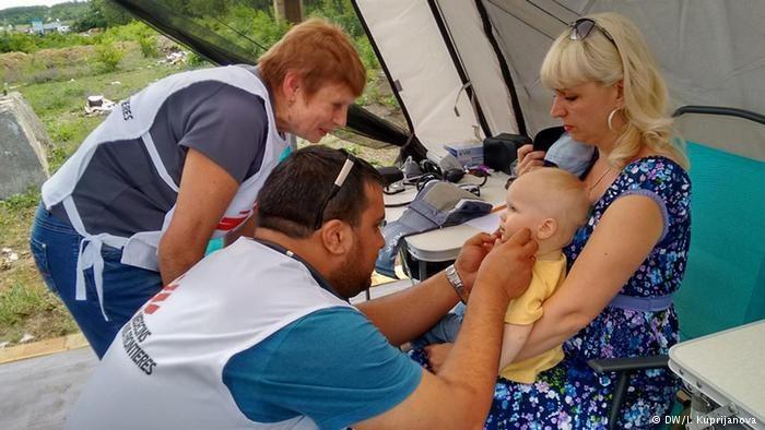 Olga z dzieckiem w punkcie pierwszej pomocy /Deutsche Welle