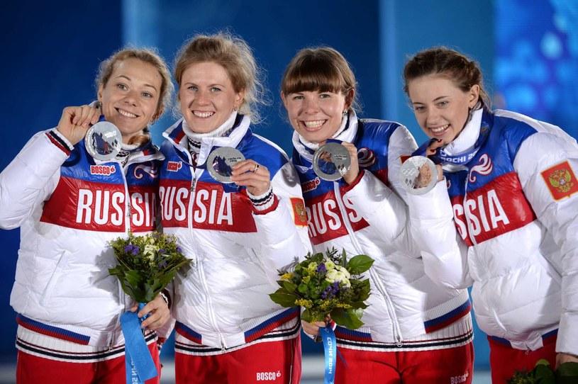 Olga Zajcewa, Jana Romanowa, Jekatierina Szumiłowa i Olga Wiłuchina z medalem w sztafecie kobiet w biathlonie na IO w Soczi /AFP