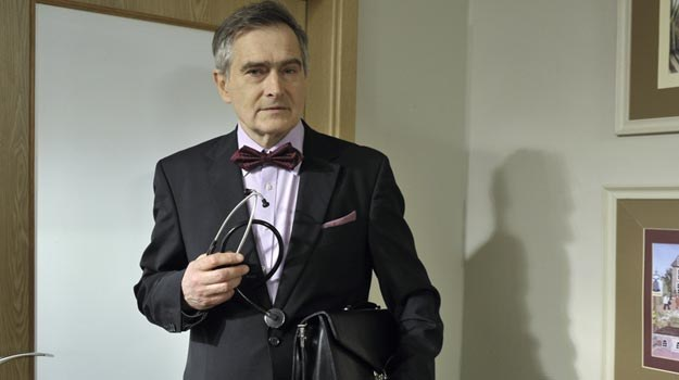 Olgierd Łukaszewicz wciela się w lekarza, który kiedyś wziął łapówkę. /AKPA