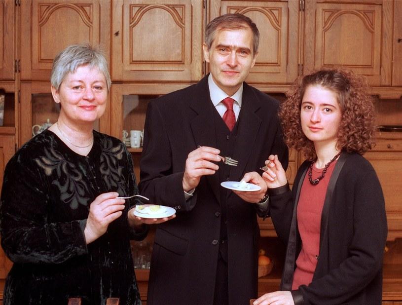 Olgierd Łukaszewicz z żoną Grażyną Marzec i córką Zuzanną w swoim mieszkaniu w 2001 roku /Michał Kułakowski /Reporter