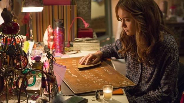 """Olivia Cooke w scenie z filmu """"Diabelska plansza Ouija"""" /materiały dystrybutora"""
