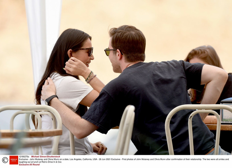 Olivia i John podczas obiadu na mieście /Rex Features /East News