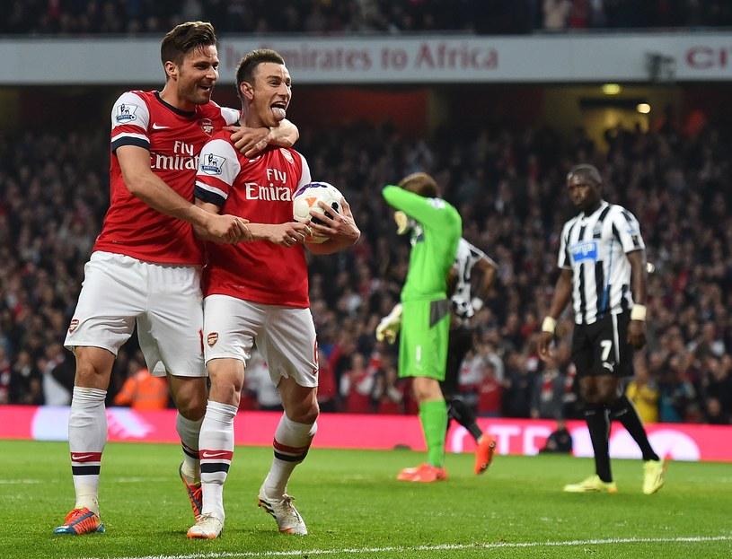 Olivier Giroud (z lewej) i Laurent Koscielny cieszą się z bramki dla Arsenalu /AFP