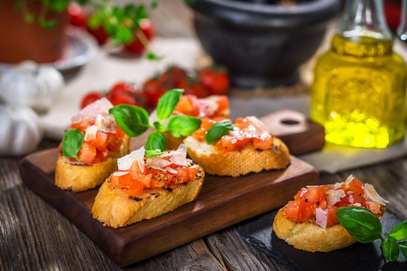 Oliwa podawana do prostych przekąsek, np. bruschetty z pomidorami, powinna być najlepszej jakości. W dużej mierze to ona decyduje o tym, czy potrawa jest dobra, czy nie. /123RF/PICSEL