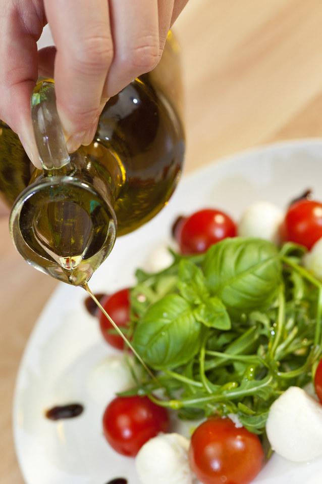 oliwa z oliwek gotowanie /© Photogenica