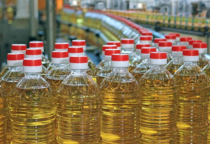 Oliwa z oliwek jest powszechnie uważana za zdrowszą od zwykłego oleju /123RF/PICSEL