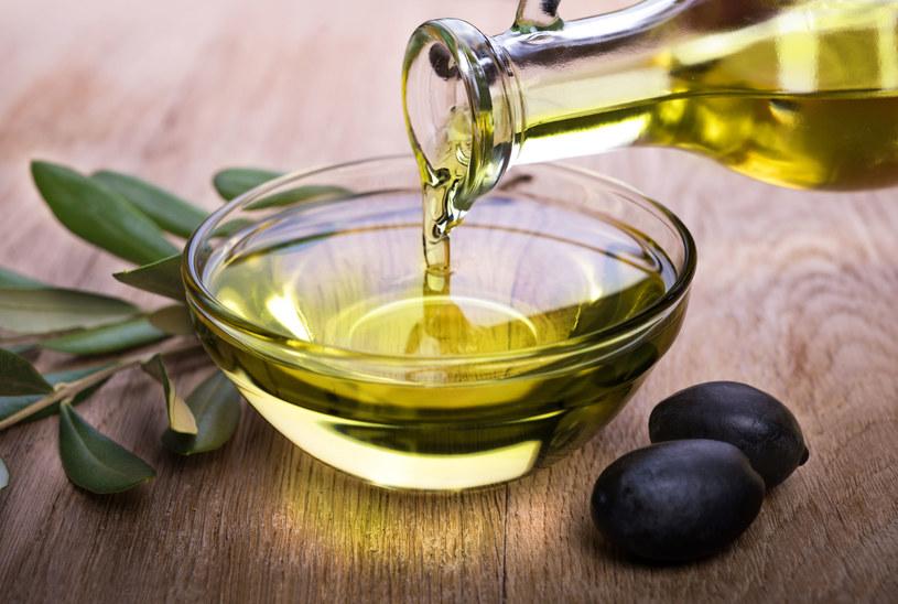 Oliwę z oliwek stosować można na kruche paznokcie u nóg /123RF/PICSEL
