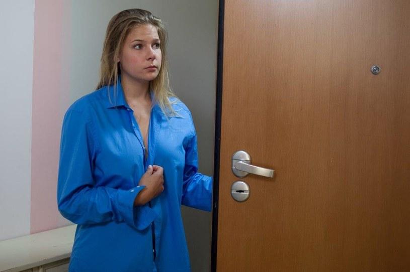 Olka nie spodziewa się, że do drzwi zadzwoniła właśnie żona Mariusza... /TVN