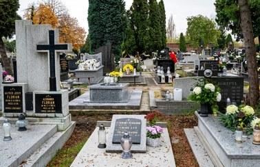 Olsztyn: Ludzie dołączają do żałobników, by dostać się na cmentarz