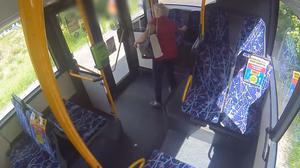 Olsztyn: Przywłaszczyła cudzą torebkę. Policja szuka osoby z nagrania
