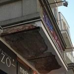 Olsztyn: Tynk oderwany z balkonu ranił dwie osoby