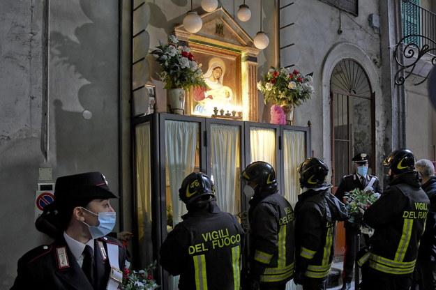 Ołtarz na ścianie domu młodego bossa, to tam była urna z jego prochami /CIRO FUSCO /PAP/EPA