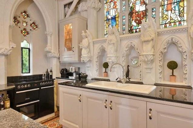 Ołtarz przebudowano na kuchnię /&nbsp