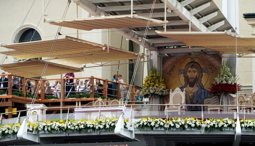 Ołtarz przygotowany do uroczystości religijnych /Grzegorz Michałowski /PAP