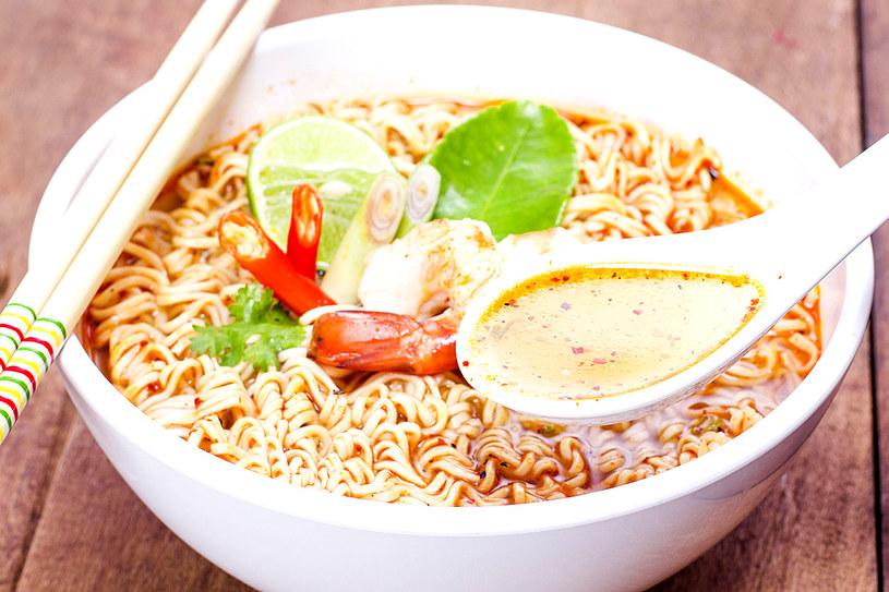 Omijaj zupki, do których przygotowania użyto polepszaczy smaku i barwników /123RF/PICSEL