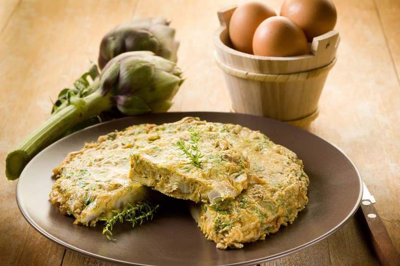 Omlet estragonowy z karczochami /123RF/PICSEL