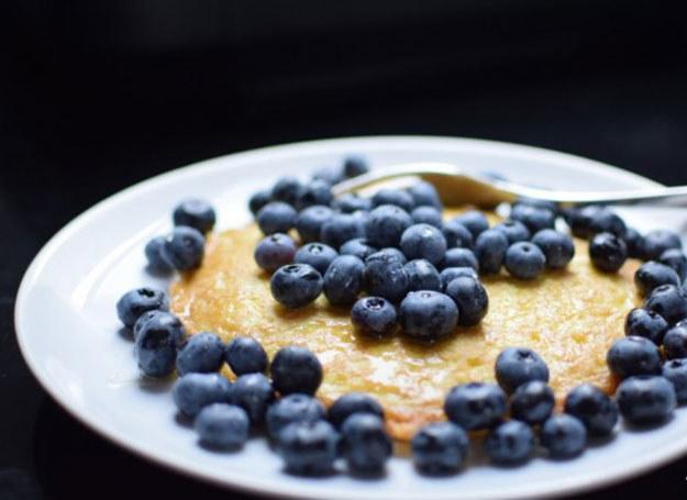Omlet z kaszy jaglanej z jagodami /BeMam