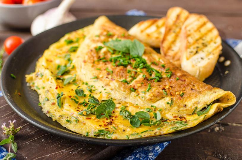 Omlet ze szczypiorkiem /©123RF/PICSEL