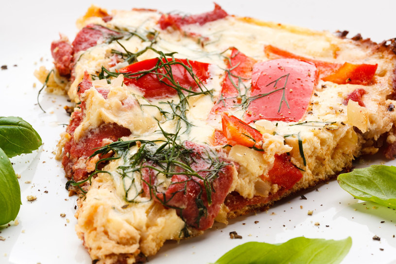 Omlet ze szpeclami i kiełbaskami /123RF/PICSEL