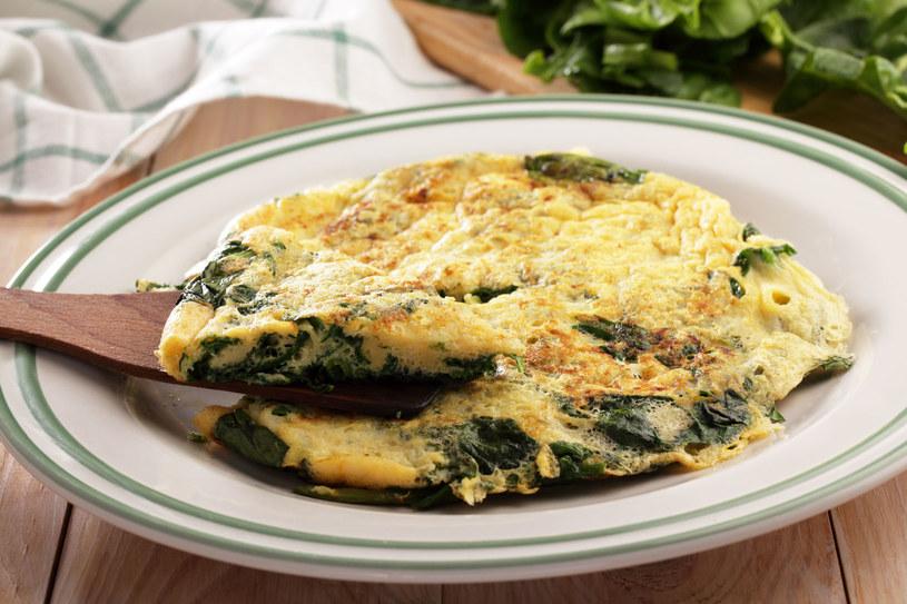 Omlet ze szpinakiem /123RF/PICSEL