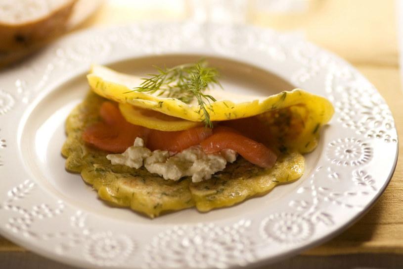 Omlet ziołowy z twarożkiem i łososiem /123RF/PICSEL