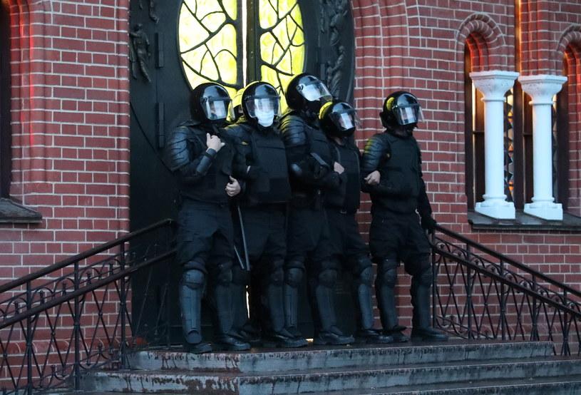 OMON zablokował wyjścia z kościoła. /TATYANA ZENKOVICH  /PAP/EPA