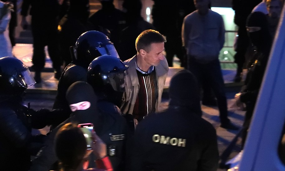 OMON zatrzymuje jednego z demonstrujących /TATYANA ZENKOVICH  /PAP/EPA