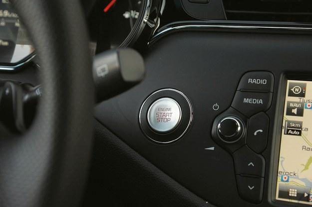 ...omyłkowo zamiast wyciszyć radio można zgasić silnik. /Motor