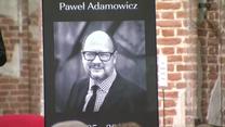 """""""On jest ciągle z nami"""". Mieszkańcy Gdańska wspominali Pawła Adamowicza podczas """"Pustej nocy"""""""