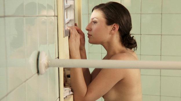 Ona i on zamknięci razem w łazience. Co się między nimi wydarzy? /materiały dystrybutora