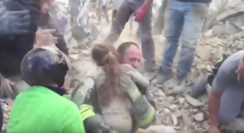 """""""Ona żyje!"""": Ratownicy wyciągnęli spod gruzów 10-letnią dziewczynkę /YouTube"""