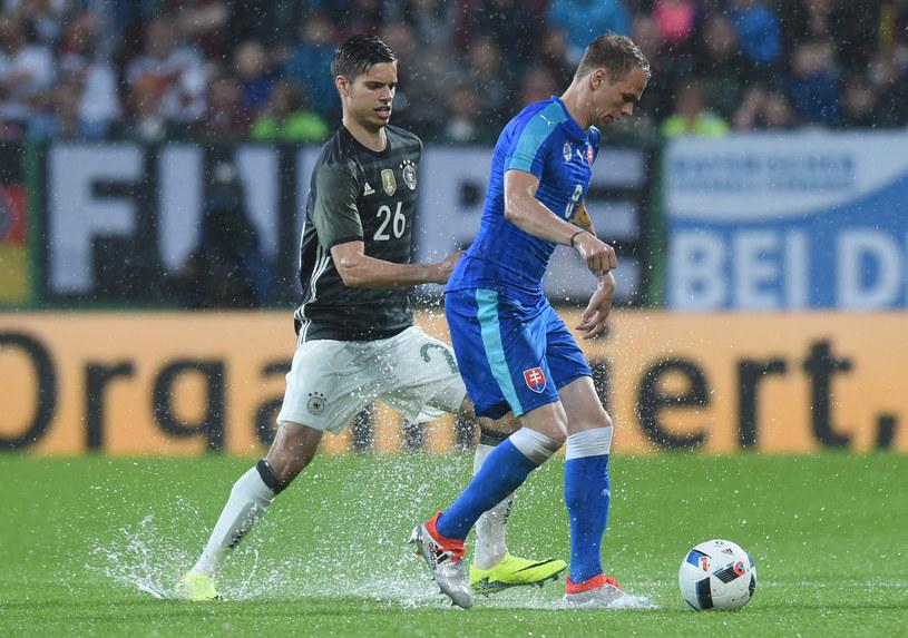 Ondrej Duda (z prawej) w meczu z towarzyskim z Niemcami /AFP