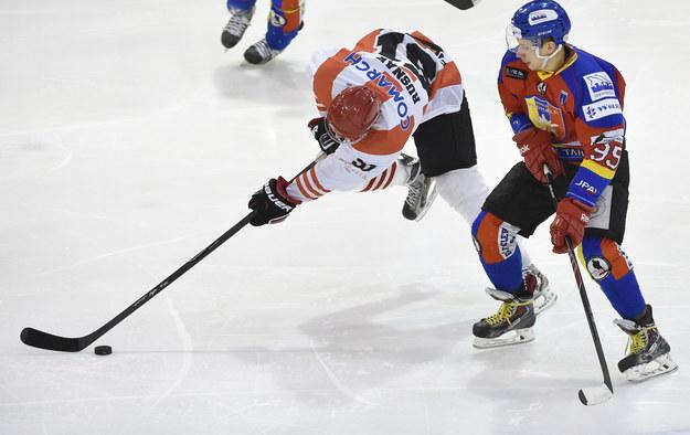 Ondrej Rusnak (po lewej) z Comarch Cracovii i Damian Kapica z Podhala Nowy Targ w drugim meczu ćwierćfinału play off Polskiej Hokej Ligi /Jacek Bednarczyk /PAP