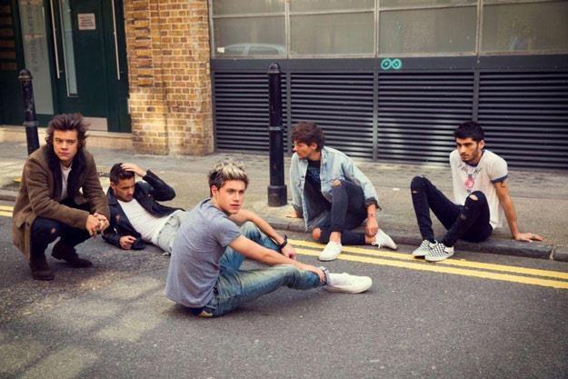 One Direction: Jedynie Harry Styles nie chciał pobrudzić spodni... /materiały promocyjne