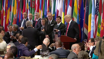"""""""ONZ ma wyjątkową moc zbliżania ludzi"""". Donald Trump wzniósł toast dietetyczną colą"""
